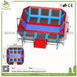 Il trampolino esterno personalizzato di disegno mette in mostra la sosta dell'interno del trampolino con la rete di sicurezza