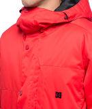 Le Snowboard d'hommes rouges emballant la jupe