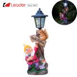 Un exquisito jardín Gnome con lámpara Solar Post con color naranja, una divertida pieza de iluminación decorativa para su jardín