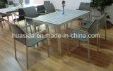 Tableau dinant de restaurant mis avec les meubles extérieurs en bois d'acier inoxydable
