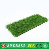 Grama artificial da instalação e grama sintética para a decoração