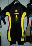 ぬれたスポーツの摩耗の水着をサーフする子供の女性のネオプレンの潜水器具