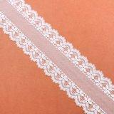 Белый цвет и вышитое, связанное платье методов делая ткань шнурка