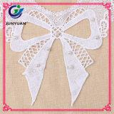 I motivi floreali bianchi operati hanno modellato il merletto del collare delle zone del collo