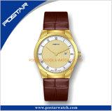 Deux mains avec la montre de luxe de courroie en cuir de quartz de Genève de montre de datte