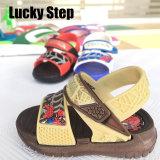 Un sandalo dei tre di colori capretti di EVA