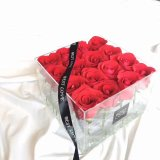 Casella acrilica di consegna del fiore con i rifornimenti impaccanti del nastro