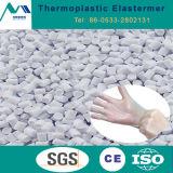 Термопластичного эластомера в резиновых перчатках