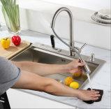 Trek de Tapkraan van de Keuken met de Plaat van het Dek terug