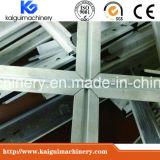 倉庫の天井の機械を形作る格子によって中断される金属のボードT棒ロールの作成