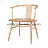La tela roja hizo frente a la esponja dentro de la silla de madera nórdica