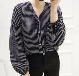 Kundenspezifischer Frauen-Streifen V-Stutzen arbeiten lose Hemd um