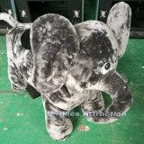 Paseo grande animal de la talla del elefante que recorre para los padres y los cabritos junto