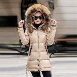 女性はフードが付いている作られた厚い毛皮の方法冬のコートに人を配置する