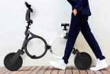 Pneu pliable et gros et individu équilibrant le scooter électrique