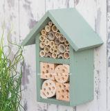 Kundenspezifisches Firmenzeichen, das hölzernes Bienen-Hotel-Insekt-Hotel hängt