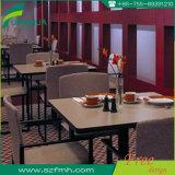 テーブルの上およびベンチをきれいにすること容易なファースト・フードのレストラン