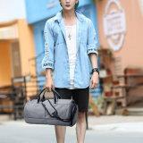 Il modo mette in mostra il sacchetto di spalla della borsa del pattino per gli uomini