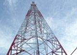 電流を通された鋼鉄三本足の三角の格子電気通信タワー