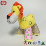 Jouet jaune de peluche bourré par visage debout de lion beau pour des enfants