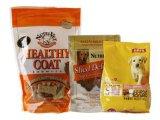 Levar in piedi in su il sacchetto di plastica dell'alimento per animali domestici
