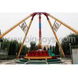 Grande pendolo dell'attrazione del parco a tema delle sedi esterne della strumentazione 24 (DJTR1578)