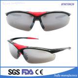 Lo stilista di Soflying mette in mostra gli occhiali da sole di plastica per esterno