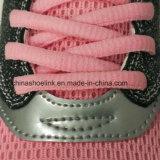 분홍색 색깔에 있는 운동화를 달리는 대중적인 여자의 운동화