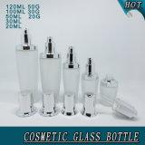Bottiglie cosmetiche e vasi di vetro glassato con i coperchi d'argento lucidi