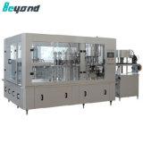 На заводе производят заполнение Capping машины для консервных банок
