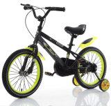 Bicicletta nera & gialla della montagna dei bambini per il giro dei capretti