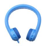 Senhora e filhos a usar fone de ouvido sem fio do fone de ouvido Bluetooth