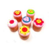 O recipiente de madeira colorido dos dentes de leite caçoa brinquedos
