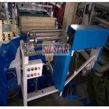 Delantal plástico en el rodillo que hace la máquina