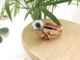 シンプルな設計のローズの金によってめっきされるシェルの真珠の花のリング