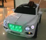 Paseo de los niños en el coche eléctrico del juguete con teledirigido