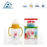 O bebé segura biberões de leite com Biberão de palha com o bico