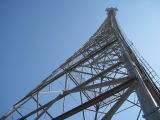 На поддержку стальной решетке вышек сотовой антенны