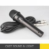 Microfono collegato tenuto in mano dinamico vocale per il canto professionale