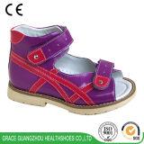 La salud de niños calza los zapatos planos de la prevención del pie de los cabritos con el talón de Thomas