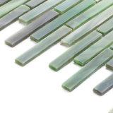 La piccola parete verde chiara della cucina del materiale da costruzione copre di tegoli il mosaico di vetro