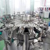 La petite eau mettant la chaîne de production remplissante de l'eau minérale
