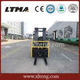 Un carrello elevatore idraulico diesel da 2 tonnellate con i pneumatici solidi