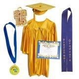 La graduation brillante de bleu royal de gosses recouvre l'école primaire de robes
