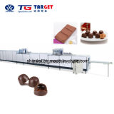 Linha moldando do grande chocolate automático cheio