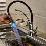 2016 Robinet d'évier de cuisine à LED à un seul manche de style avec pulvérisateur pivotant