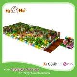 Cour de jeu d'intérieur confortable de parc d'attractions de village pour des enfants
