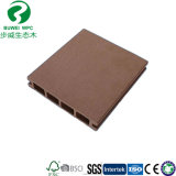 Um deck de madeira no exterior da placa WPC composto de plástico Flooring com alta qualidade