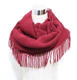 女性は作るアクリルの編まれた冬の無限フリンジのスカーフ(YKY4394)を