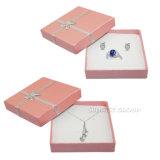 サフランのルビー色のサファイアはペーパーボール紙の包装のギフトの宝石箱を飾る